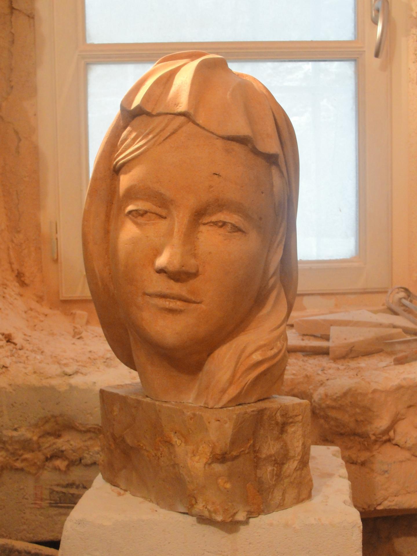 Sculpture sur pierre, buste de la Vierge