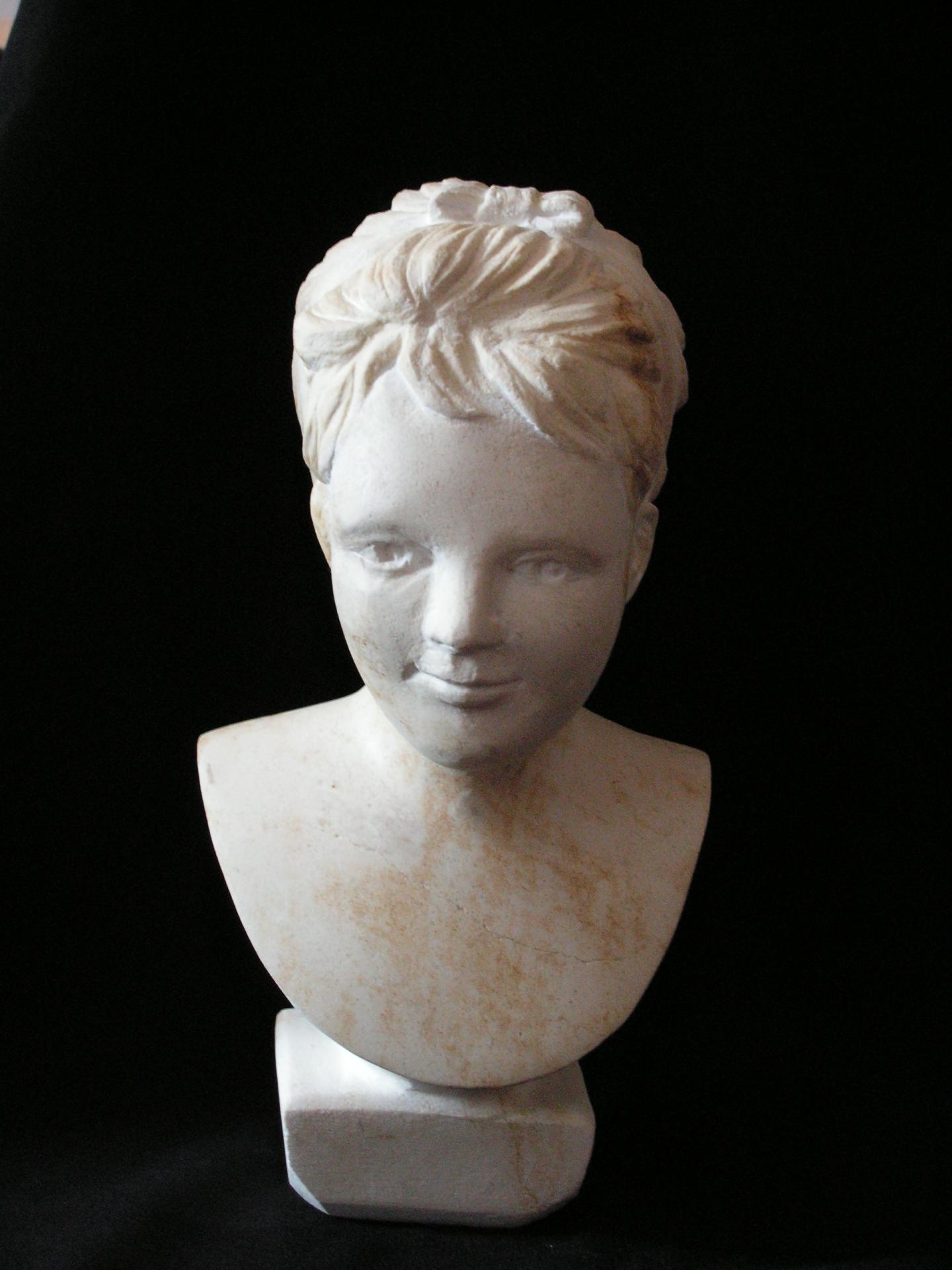 Sculpture sur pierre, buste d'une petite fille