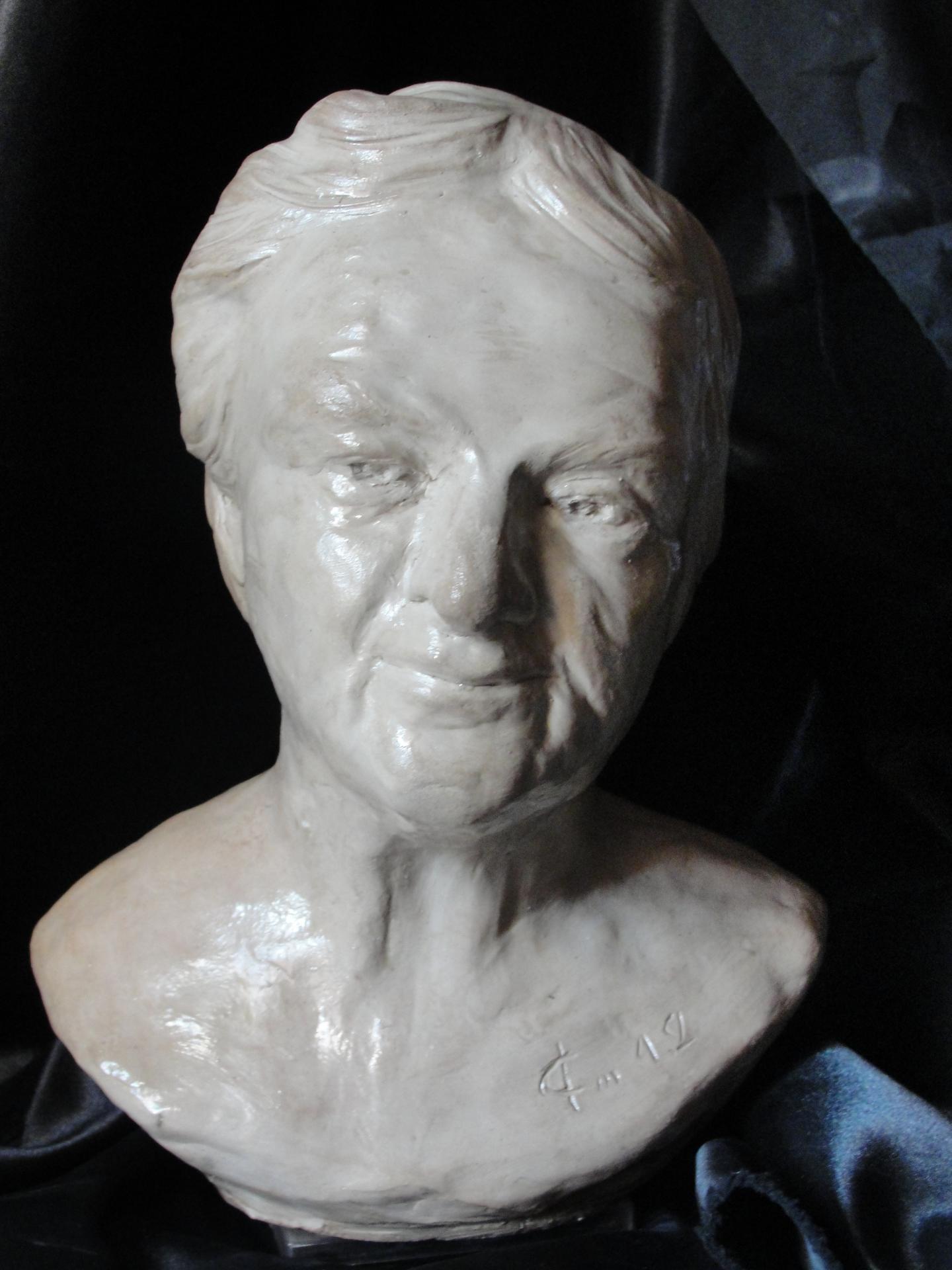 Sculpture sur pierre, buste portrait d'une vieille femme