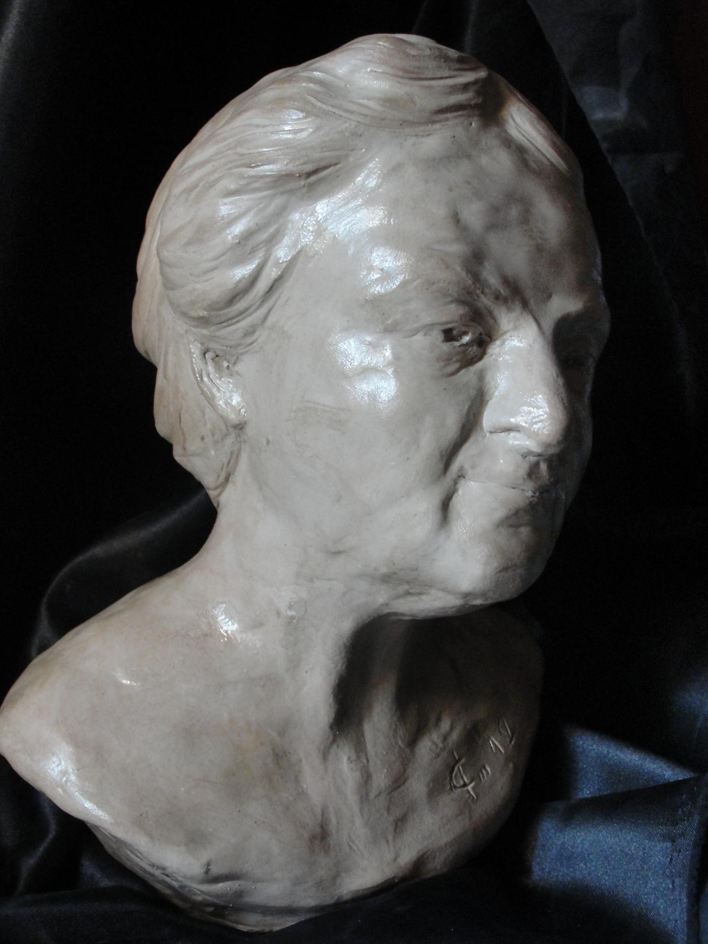 Buste de vieille femme portrait modelage en terre 15cm 6