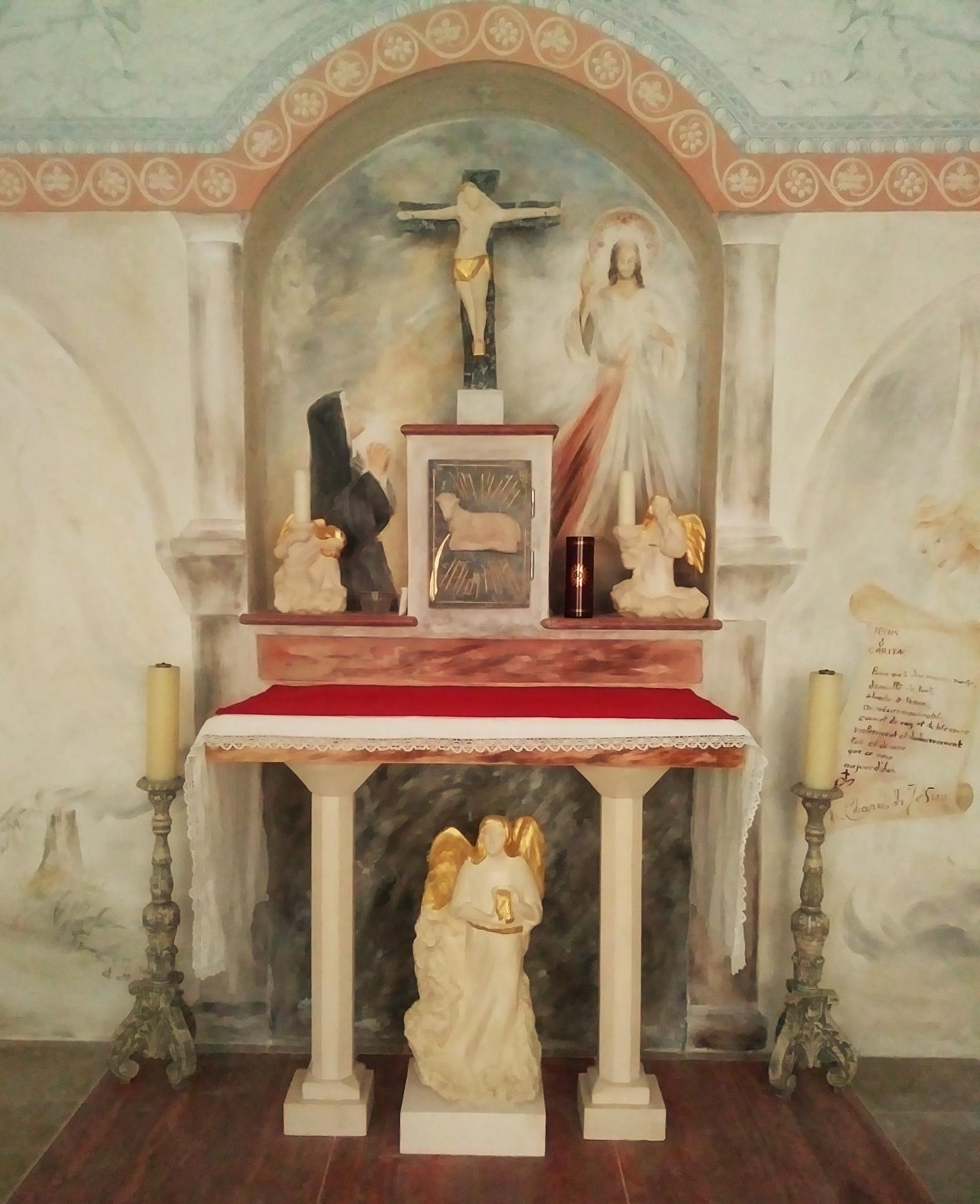 Chapelle de la misericorde fresque et mobilier liturgique