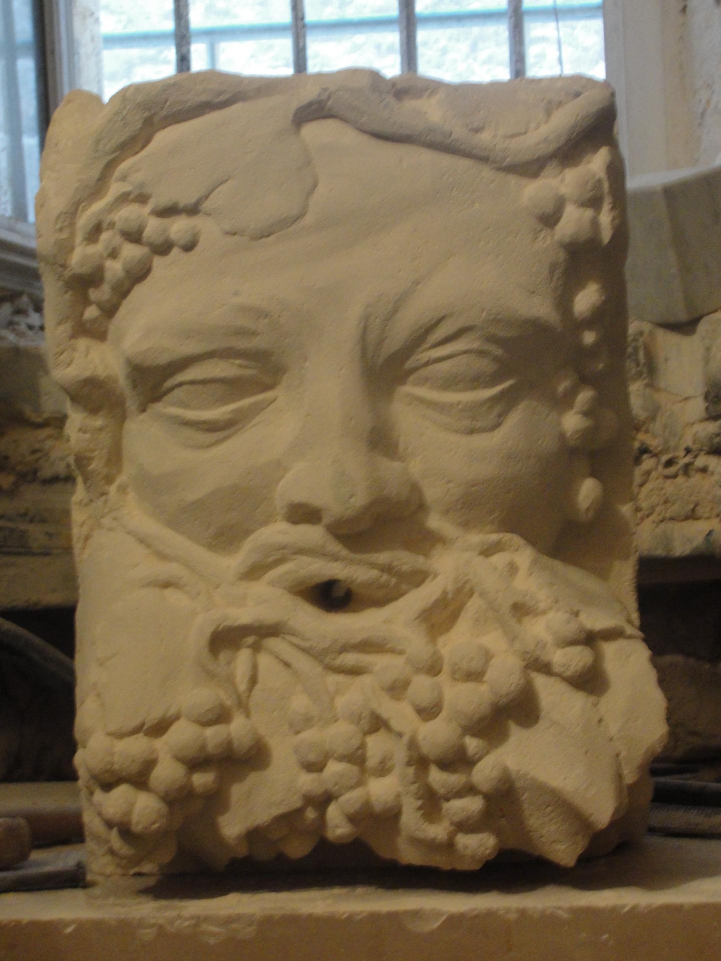 Sculpture sur pierre, cracheur Bacchus