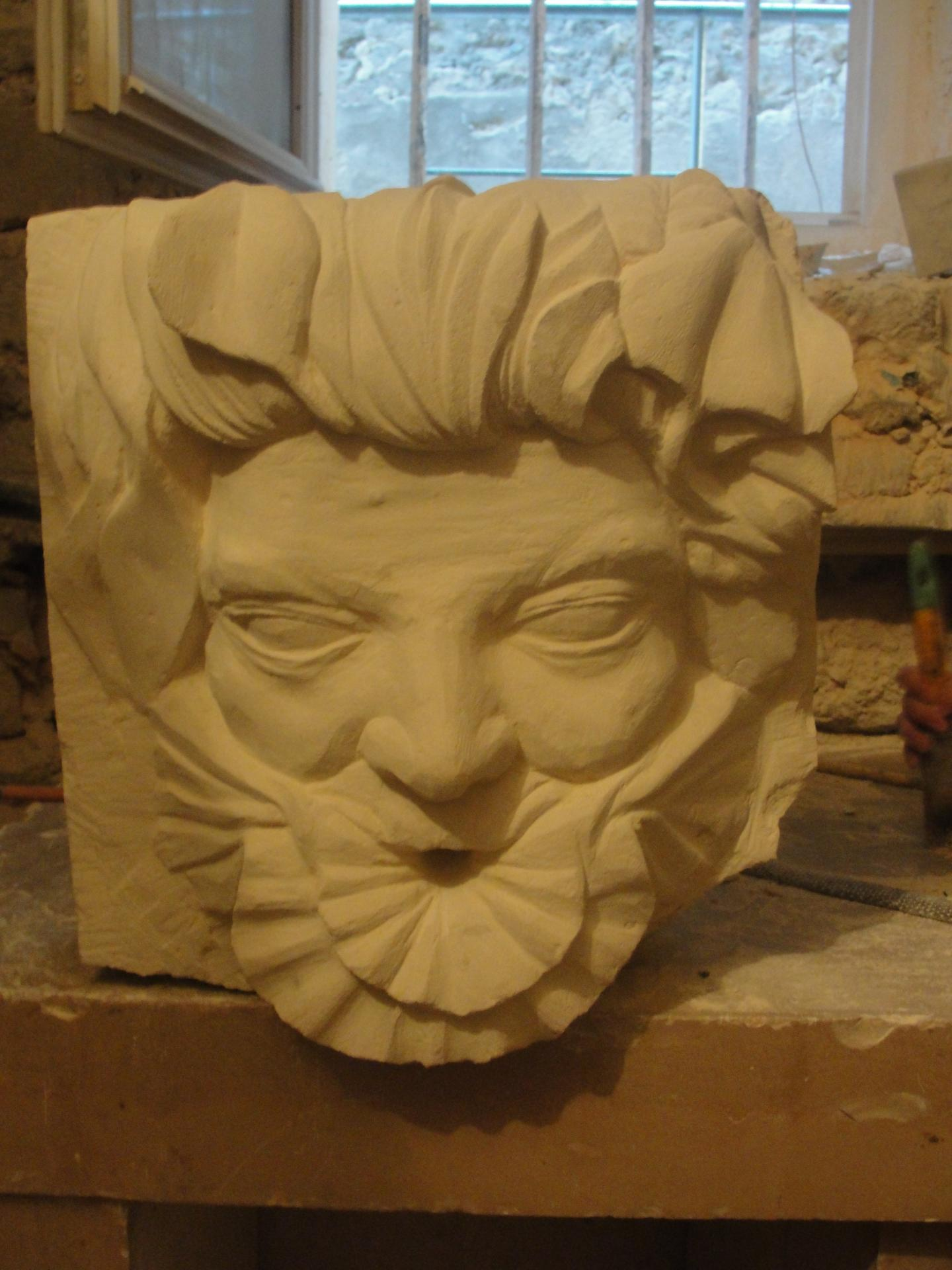 Sculpture sur pierre, cracheur d'un homme coquillage