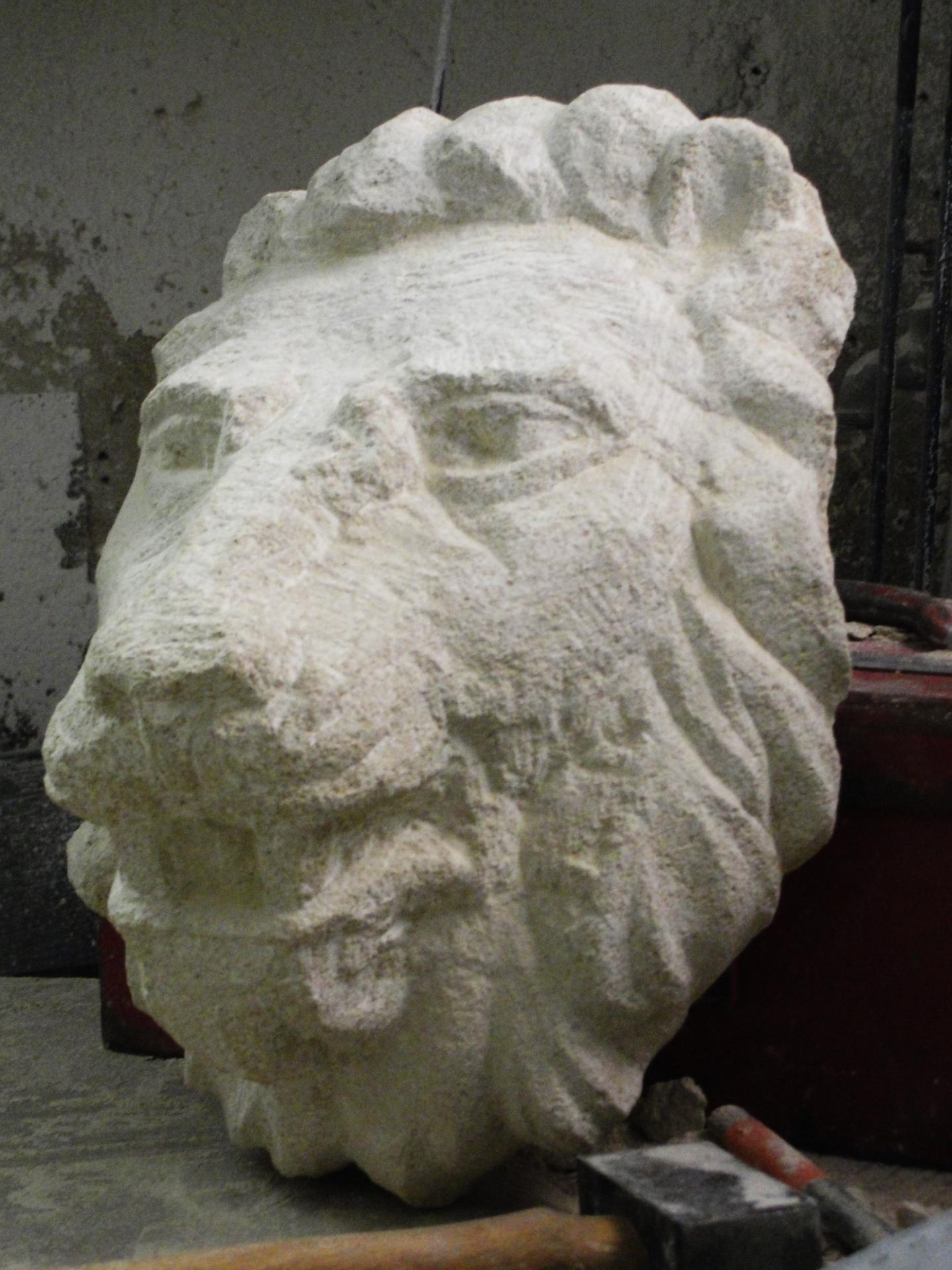 Lion cracheur en pierre par jean joseph chevalier 30cm 14