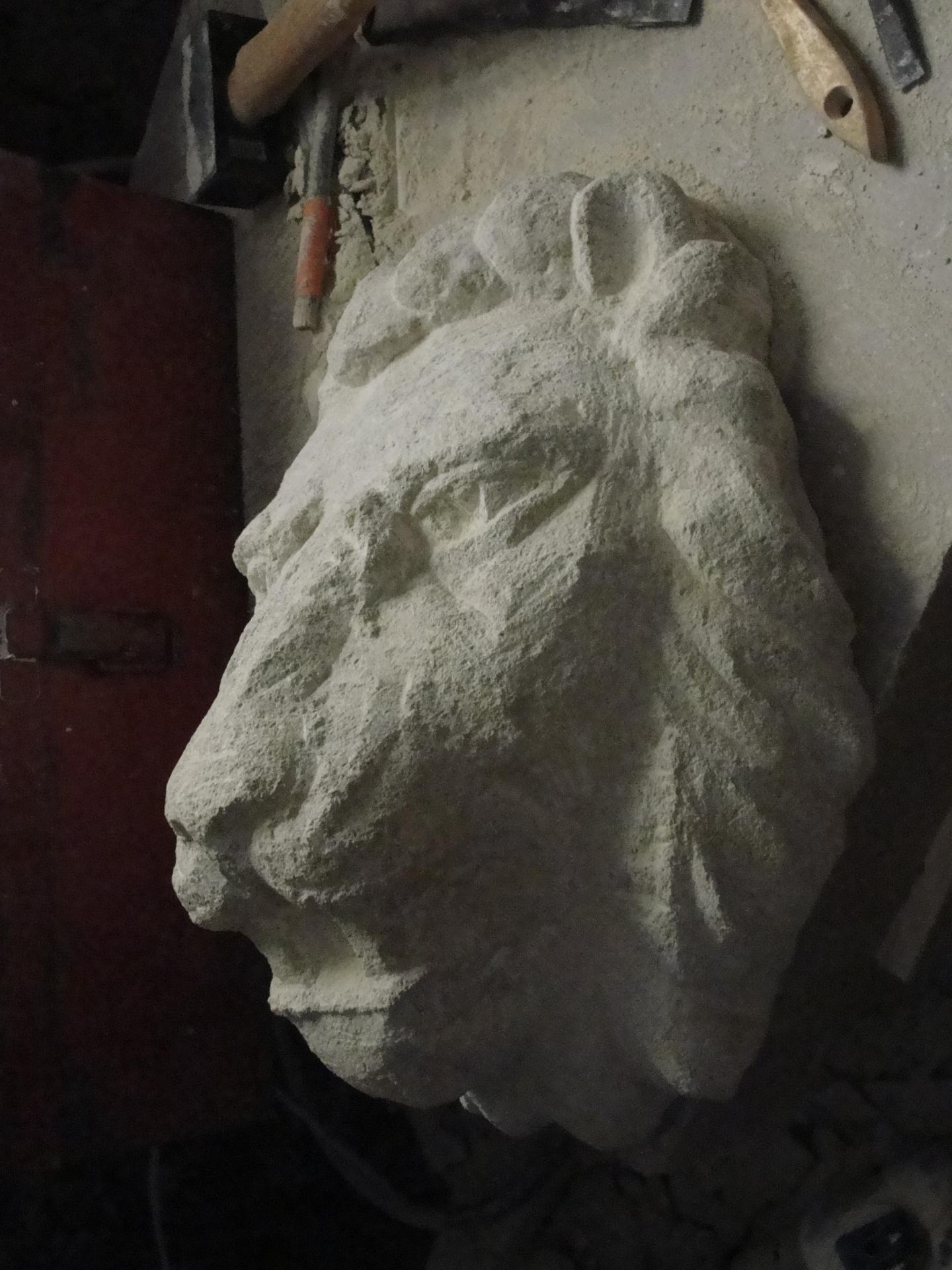 Sculpture sur pierre, lion cracheur 1