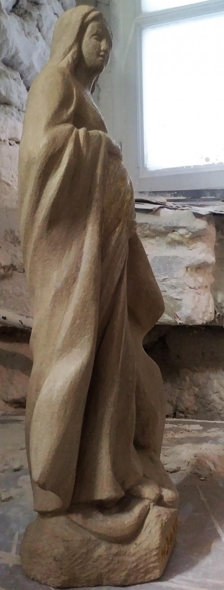 Notre Dame de Vie, sculpture en pierre et feuille d'or, 52cm de haut. 1