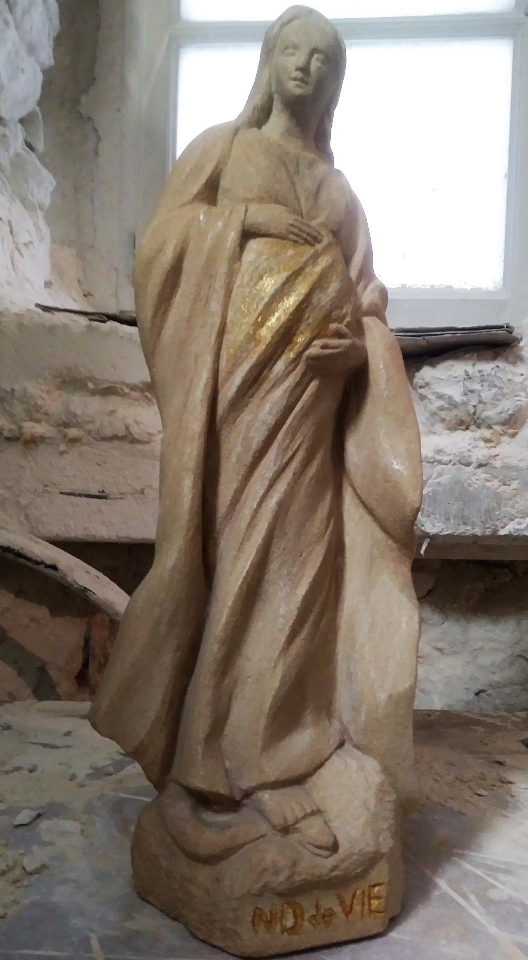 Notre Dame de Vie, sculpture en pierre et feuille d'or, 52cm de haut. 3