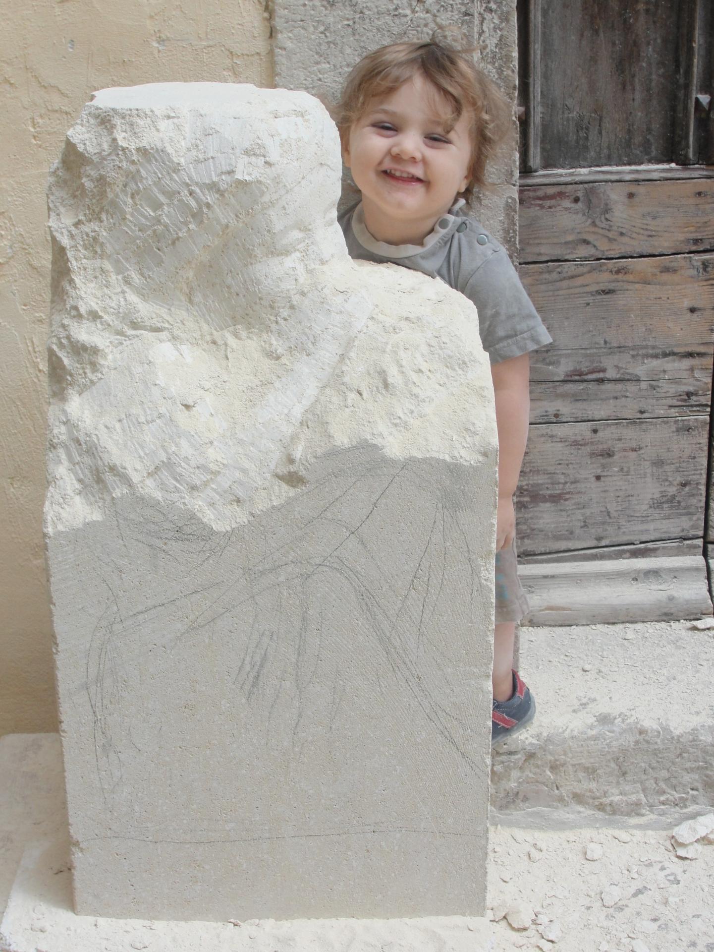 Sculpture sur pierre, ronde bosse, fillette du silence