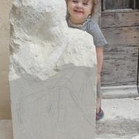 Sculpture sur pierre ronde bosse d une fillette au silence 22 1