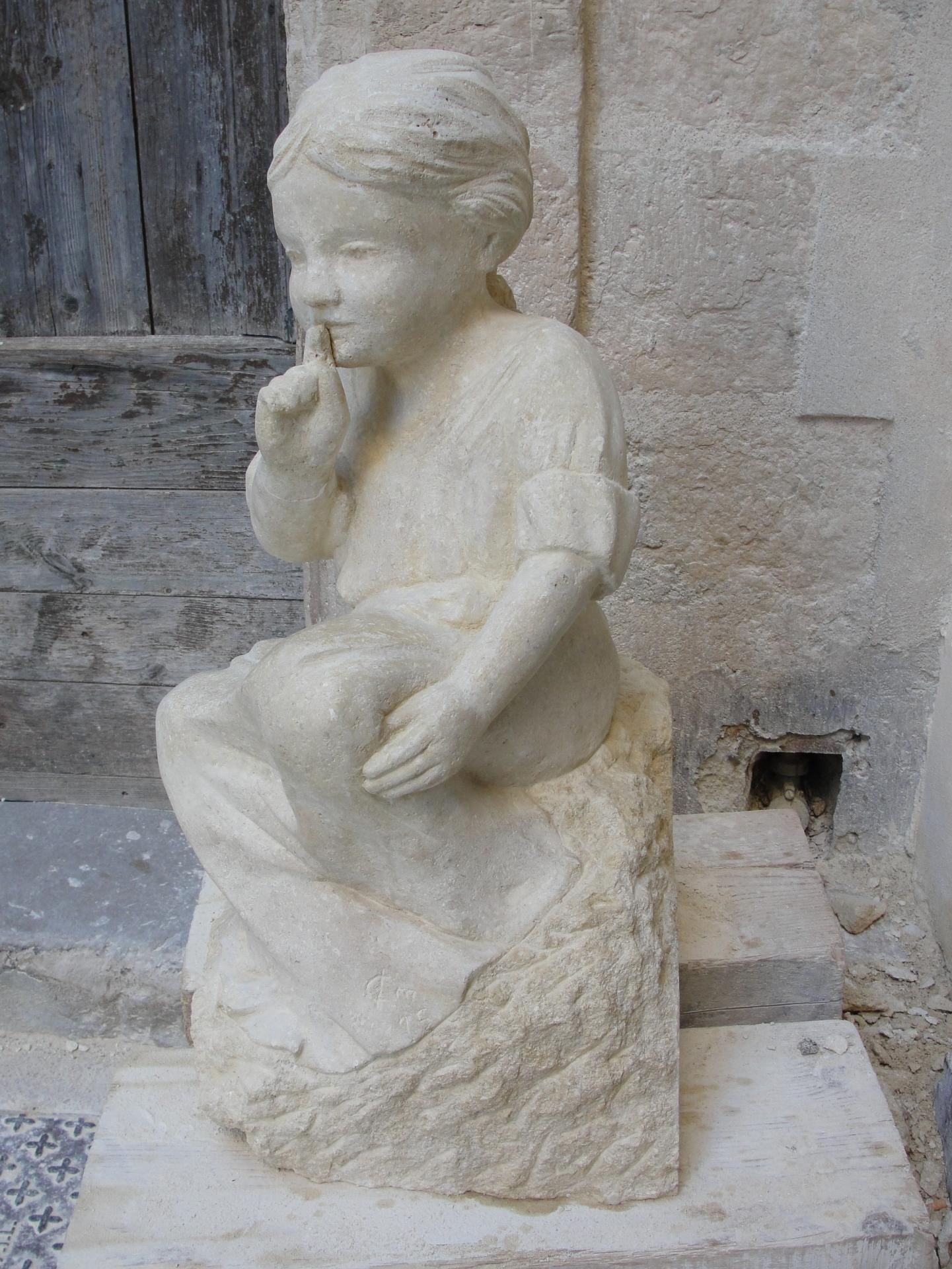 Sculpture sur pierre, fillette au silence, 4