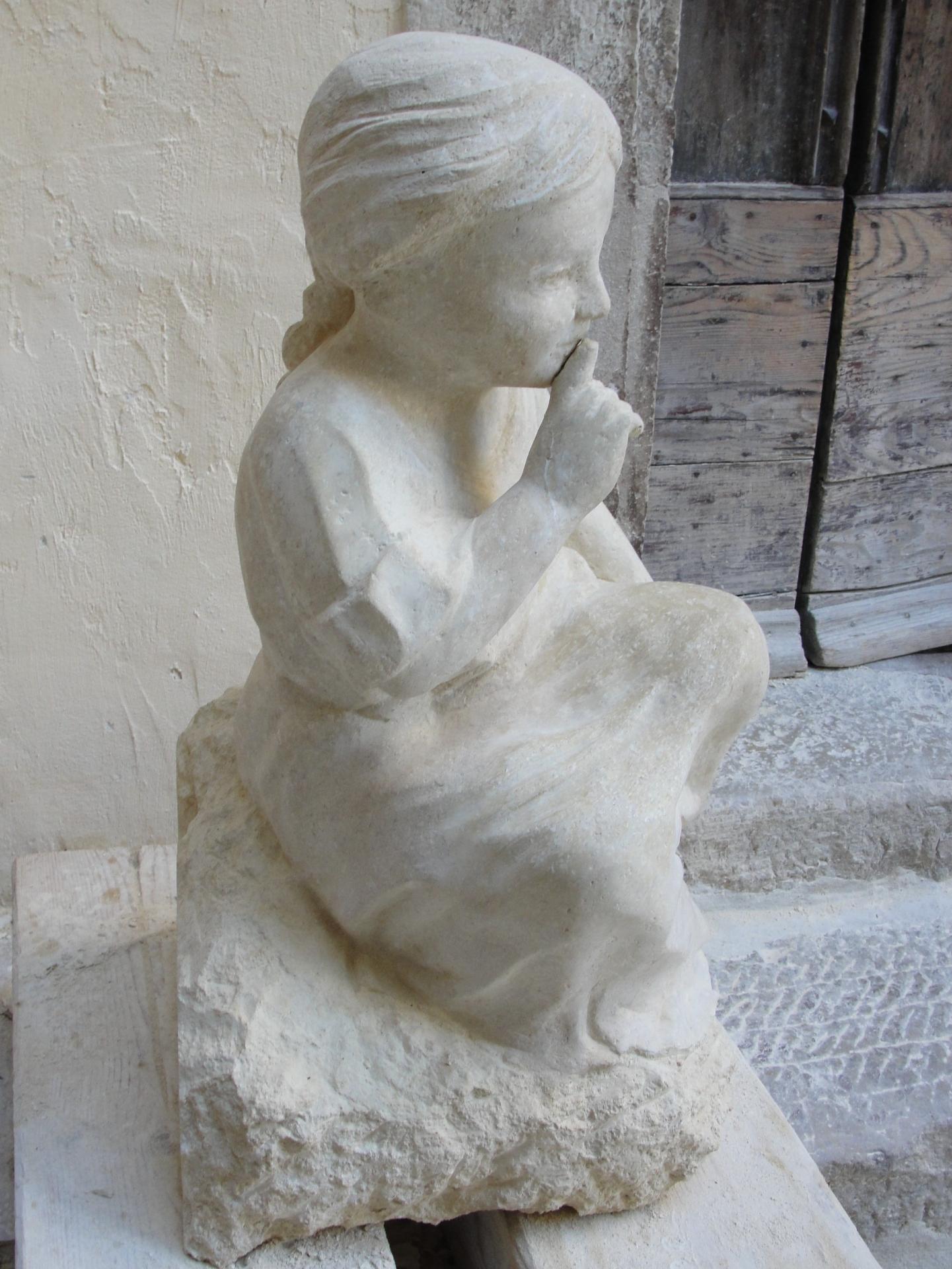 Sculpture sur pierre ronde bosse d une fillette au silence 65