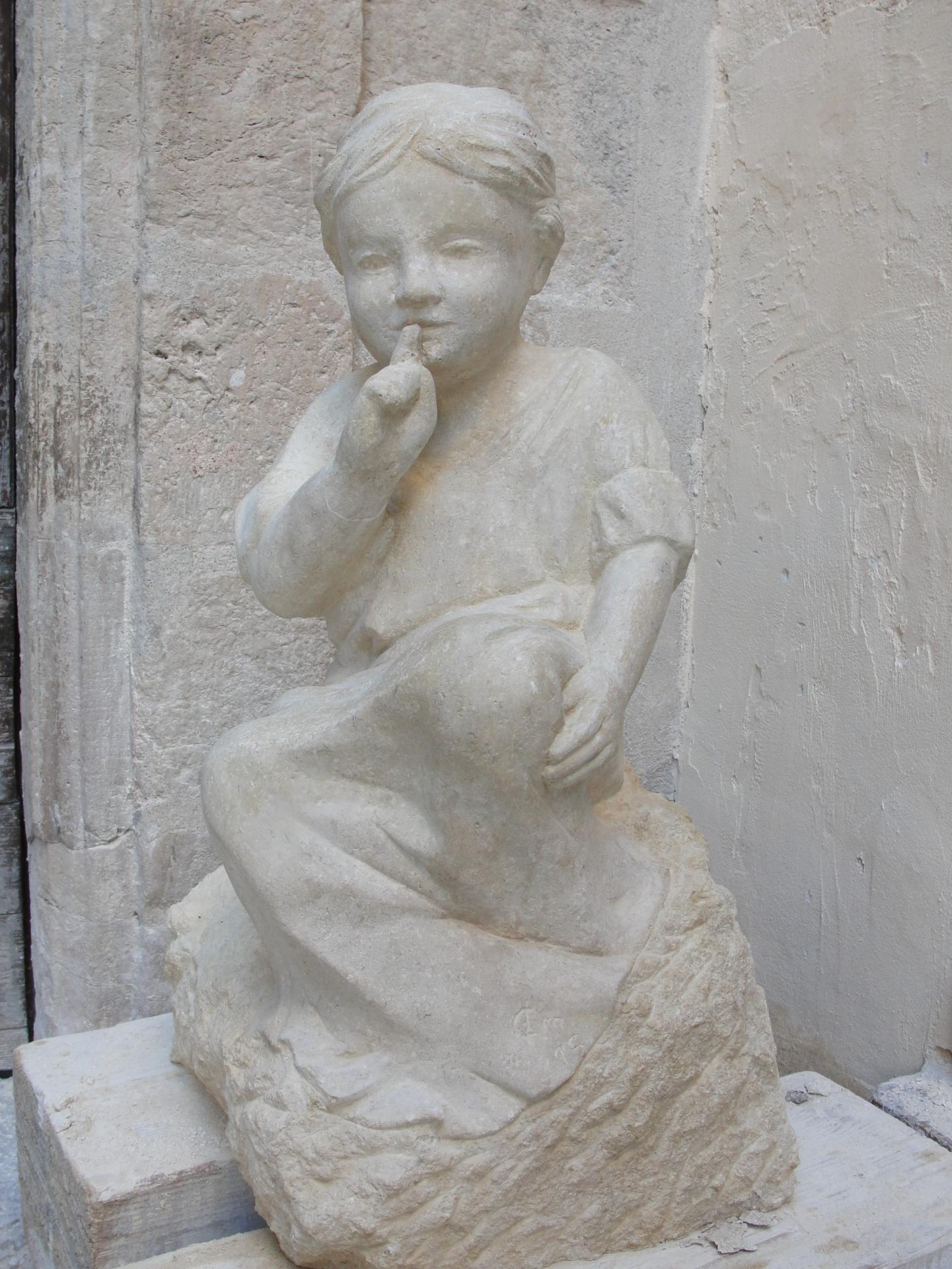Sculpture sur pierre ronde bosse d une fillette au silence 70