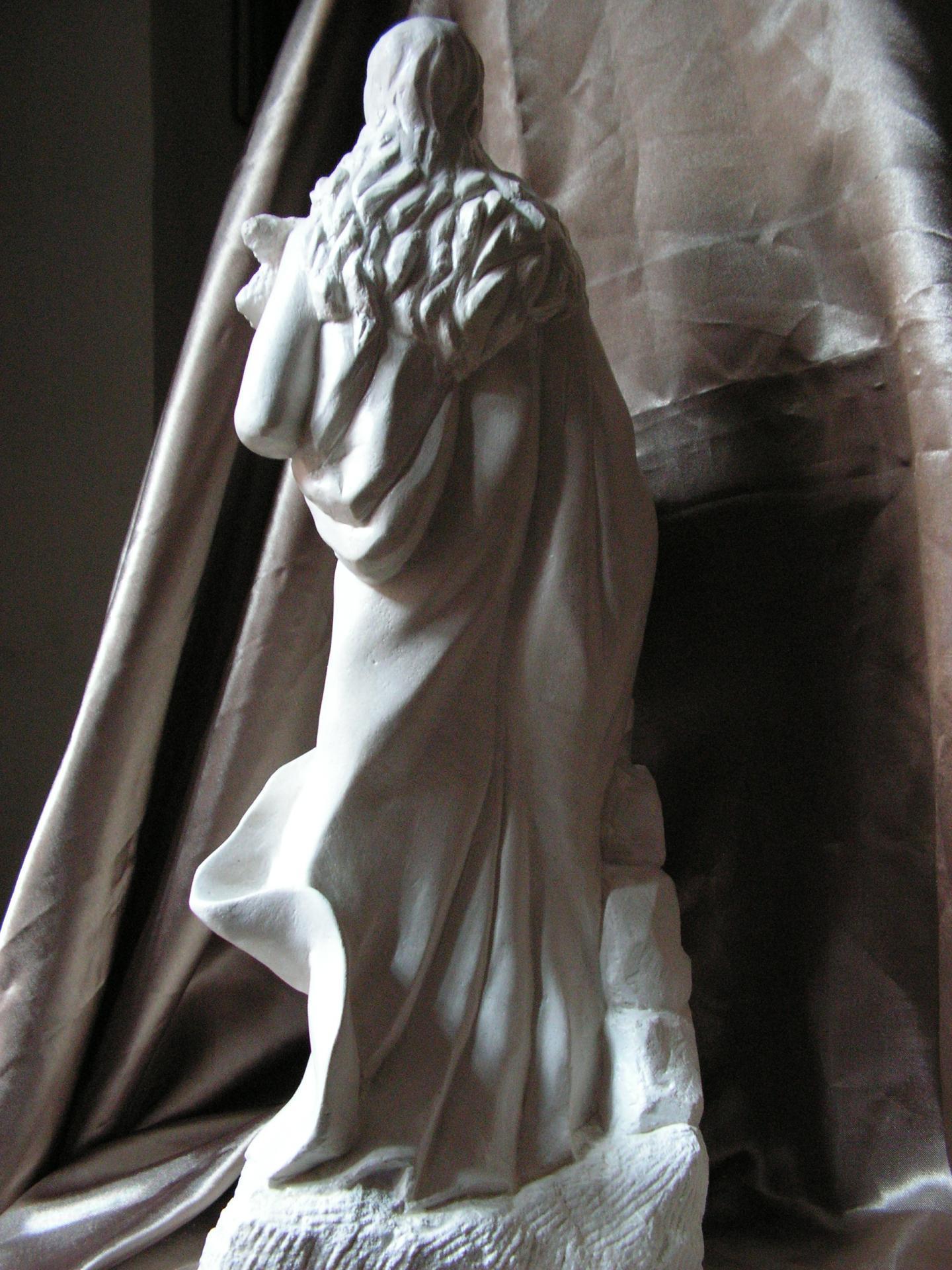 Sculpture sur pierre ronde bosse representant ste philomene 88